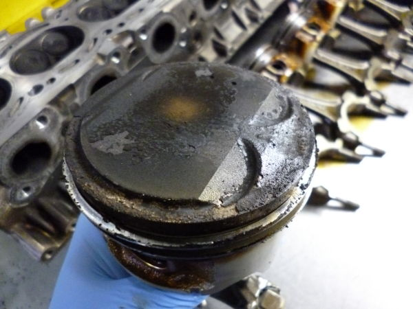 23万キロ走行したR34のRB25エンジンのピストンの写真