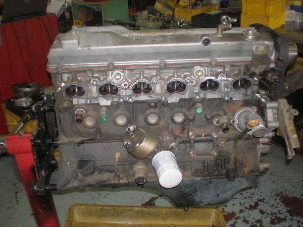 エンジンスタンドに乗せられたRB25エンジンの写真