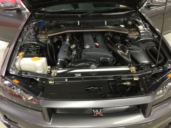 ピカピカに綺麗なエンジンルームのニスモ製作R34GT-R CRSの写真