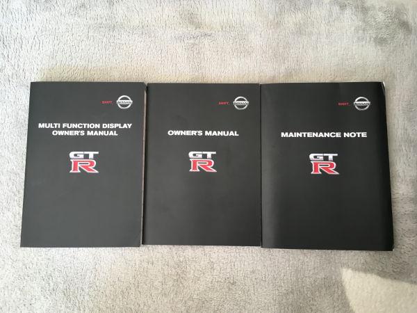 R35GT-Rの新車購入時に付属する重要な3冊の冊子の写真。