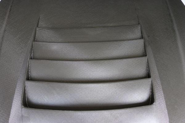 クリア層を剥離したカーボンボンネットの写真