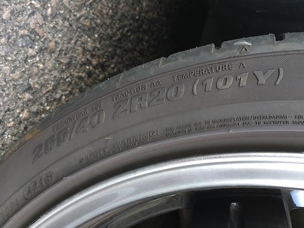 R35GT-Rのフロントタイヤサイズが分かる写真