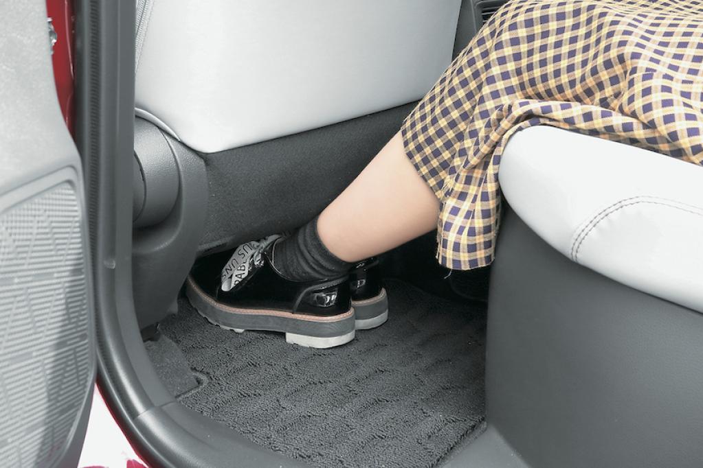 RAV4の後席の足入れ性がわかる写真