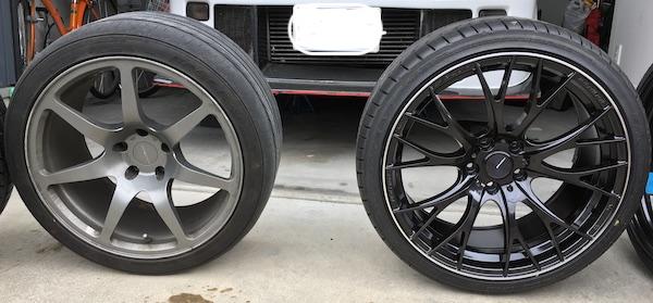 左が265/35/18インチ、右が275/30/R19インチのタイヤの写真