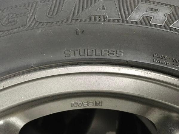スタッドレスタイヤの側面の写真
