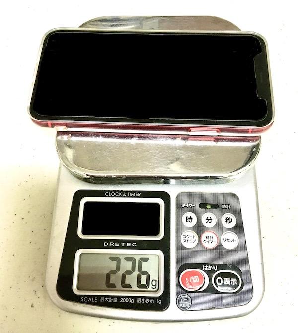 iPhone11の100均ケースとiPhone11の重さがわかる写真