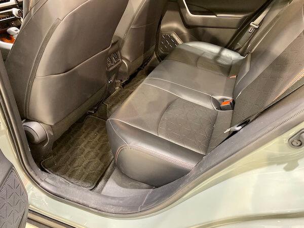 RAV4の後席クッションの厚みがわかる写真
